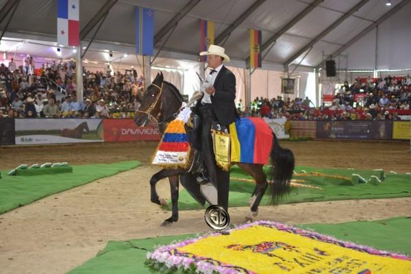http://suscaballos.com/VÍDEO:Dinamita Campeona Mundial, Hermana Luna Reservada Mundial, Trocha Y Galope